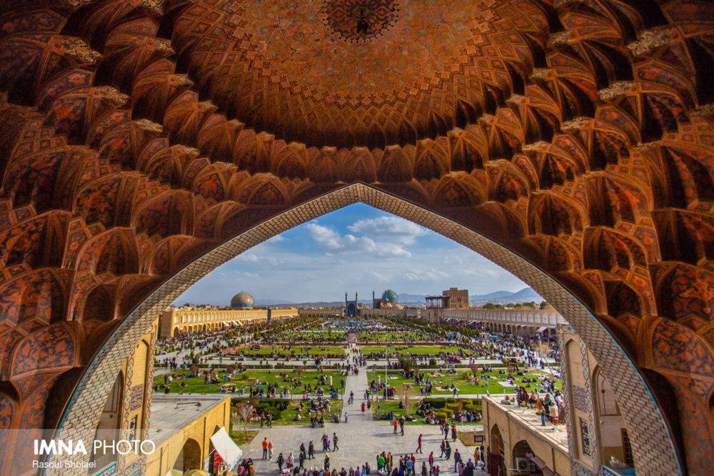 Naghsh-e Jahan Square hosts thousands of tourists in Nowruz