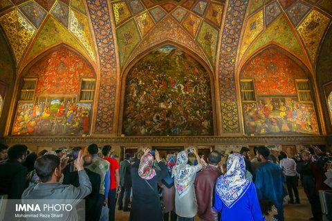 بازدید مسافران نوروزی از کاخ چهلستون