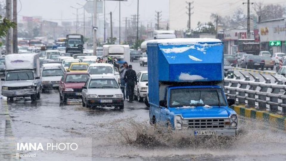بارش برف و باران در همه محورهای استان اصفهان ادامه دارد/کاهش دید افقی