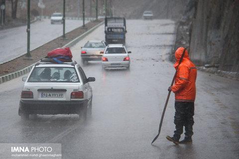 محورهای غرب اصفهان بارانی است/ ترافیک روان است