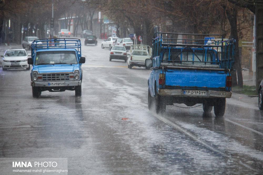 تجمع آب در برخی از نقاط شهر مشهد به دلیل شدت بارشها