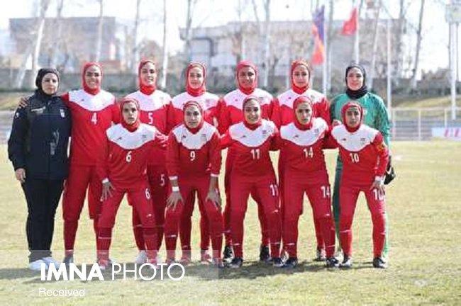 هنرنمایی بانوان قرمزپوش در مستطیل سبزرنگ مقابل فلسطین