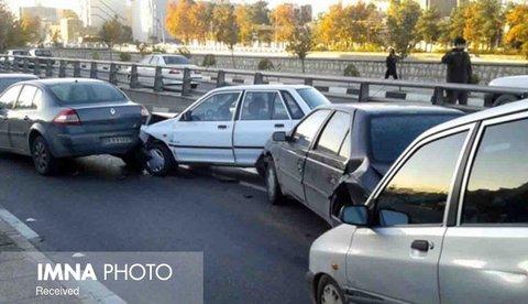 تصادف زنجیرهای ۷ خودرو در بزرگراه صدمتری مشهد/مجروحیت ۴ نفر