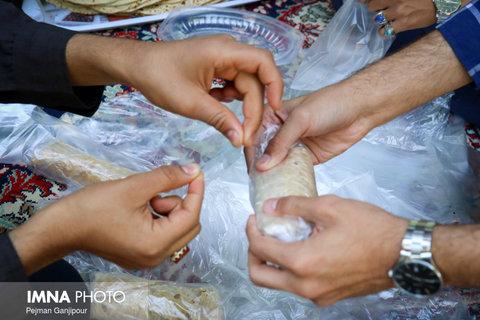 توزیع ۱۳۰۰ بسته افطاری در بین پاکبانان سمنانی