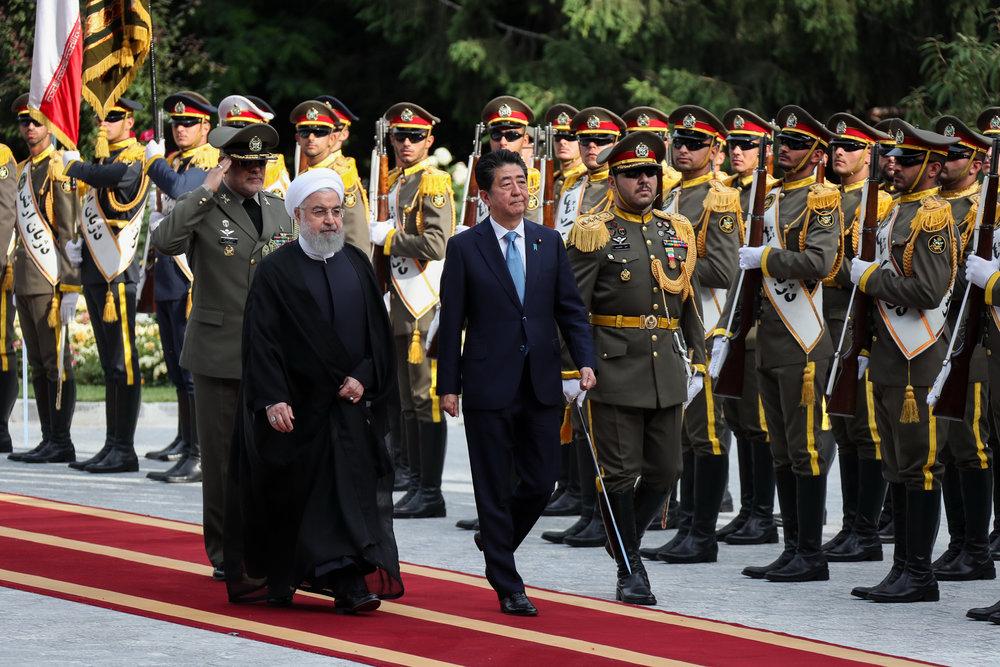 استقبال رسمی روحانی از نخست وزیر ژاپن در کاخ سعدآباد