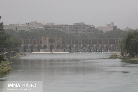 گرد و غبار اصفهان ترکیبی از ذرات معدنی، فلزات سنگین و دوده است