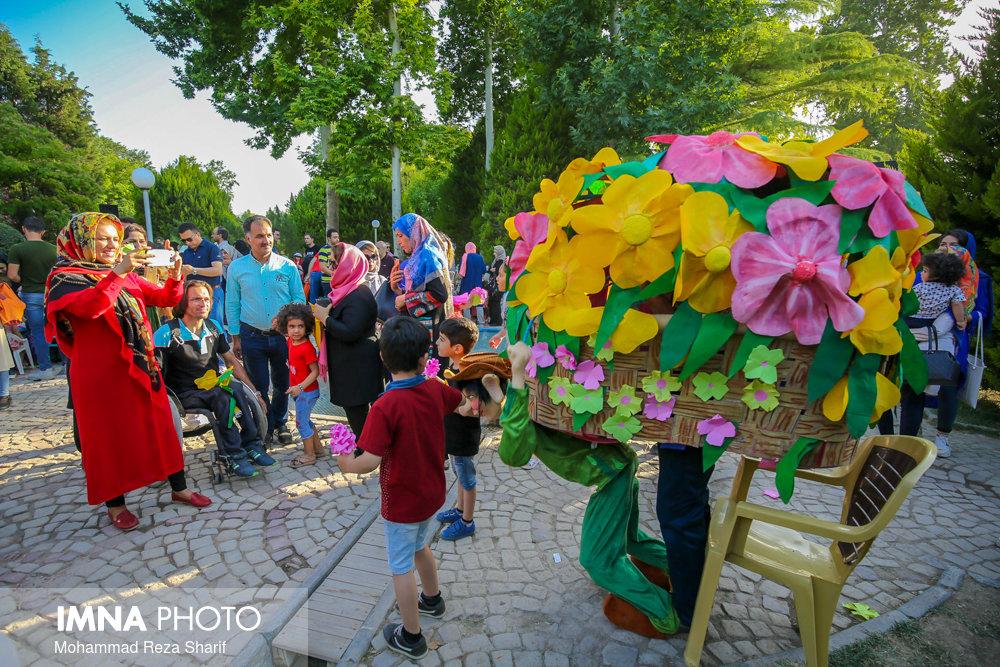 جشنواره گل های کاغذی