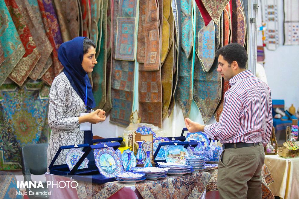 بنیاد برکت از هنرمندان صنایعدستی اصفهان حمایت می کند