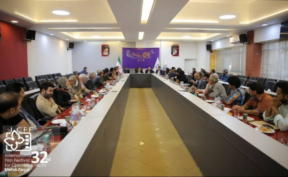 Tabesh met with artists in Isfahan