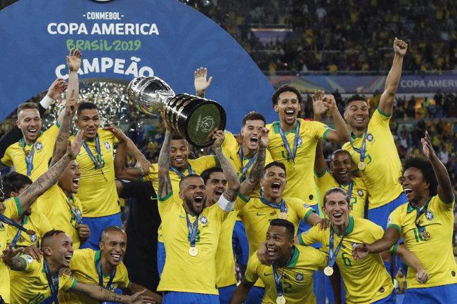 آلوز پرافتخارترین فوتبالیست تاریخ، بالاتر از مسی و رونالدو