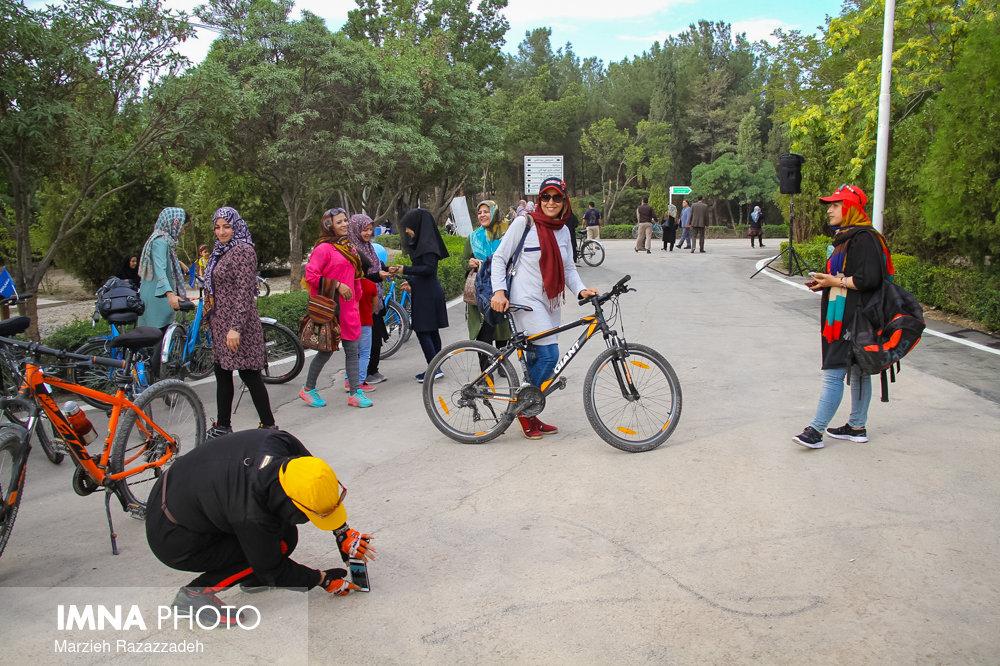 مراکز فرهنگی و تفریحی مختص بانوان در شهر توسعه یابد