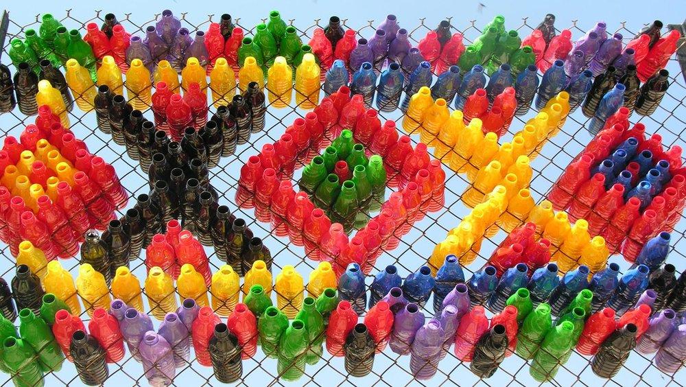 زیباسازی مدرسه با استفاده از بطریهای بازیافتی