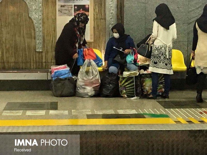 دستفروشان بیکار شده تهران در مترو مشغول بکار شدهاند 