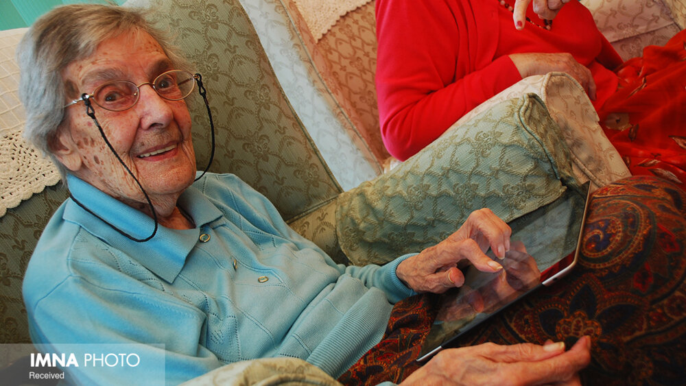 سالمندان با فضای مجازی آشنا شوند
