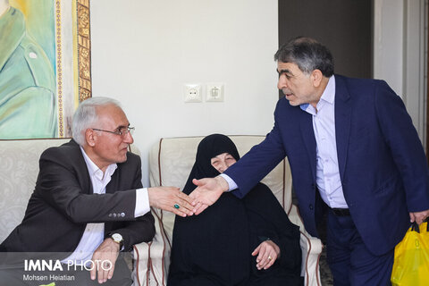عیادت شهردار و رییس شورای شهر اصفهان از مادر شهید خرازی- ۹ شهریور ۱۳۹۸