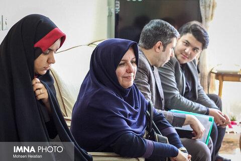 عیادت شهردار اصفهان از مادر شهید خرازی