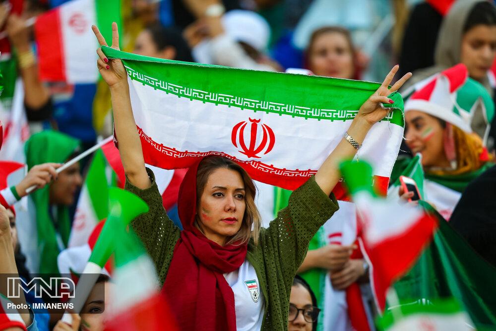 همخوانی زنان با سالار عقیلی در استادیوم آزادی!
