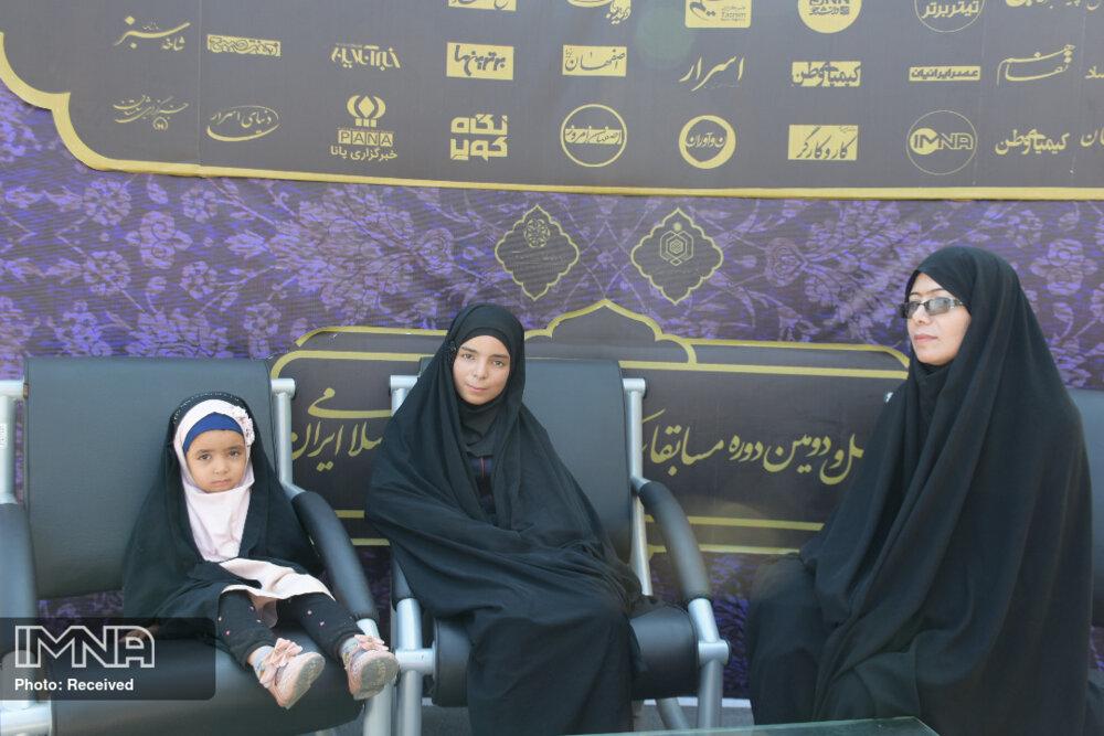 دیباج قرآنی، بر قامت دو خواهر روستایی