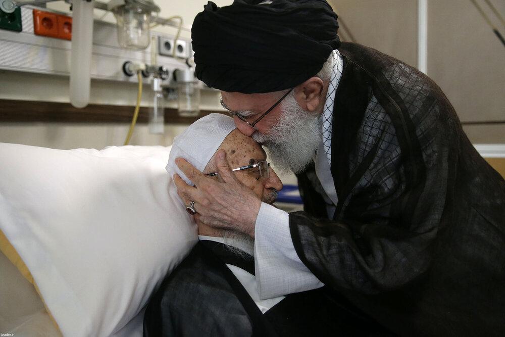 رهبر انقلاب از آیت الله مکارم شیرازی  عیادت کردند