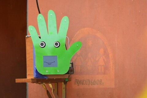 این روبات دانشآموزان را به شستن دستها تشویق میکند