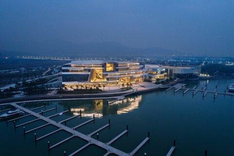 تفریحگاهی شبیه به یک کشتی عظیم در چین