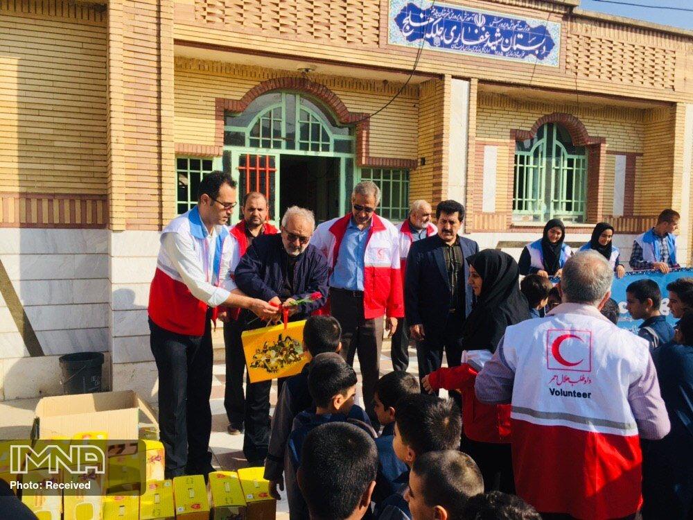 اهدای ۱۸۰ بسته لوازم التحریر  هلالاحمر به دانش آموزان پل دختر
