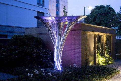 عجایب شهر/ مجسمهای شبیه به یک درخت در حال رشد