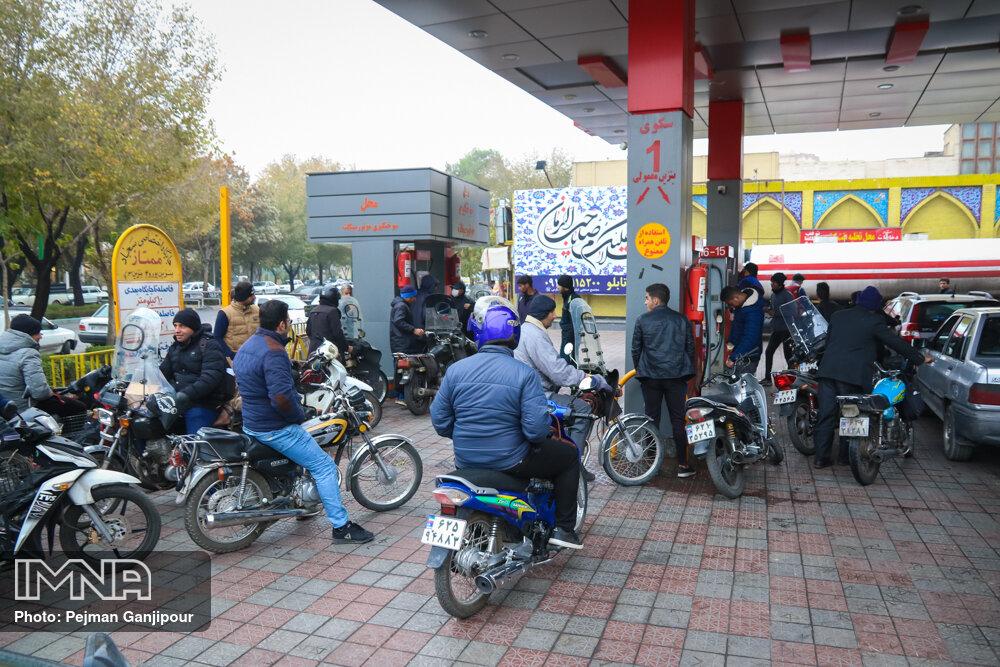 صف های طولانی پمپ بنزین ها در اصفهان