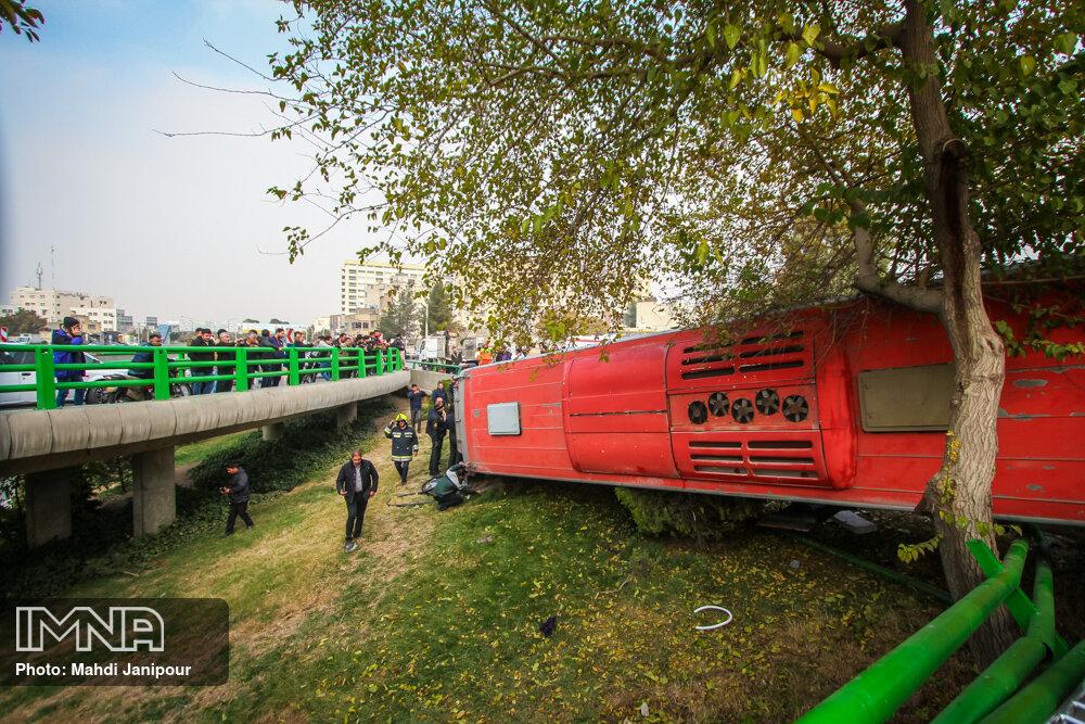 حمل بار تجاری با اتوبوس عامل سوانح جاده ای/ خواب آلودگی راننده دلیل حادثه سپاهان شهر