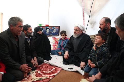 بازدید رئیس جمهور از روند کمک رسانی و گفت و گو با مردم زلزله زده