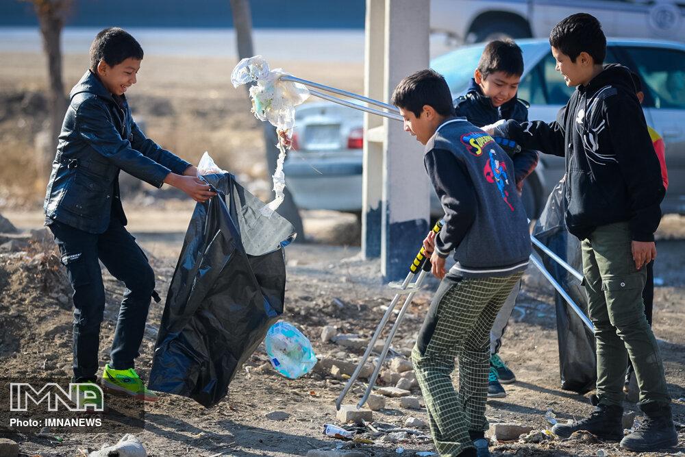Volunteers help clean up natural sites in Isfahan