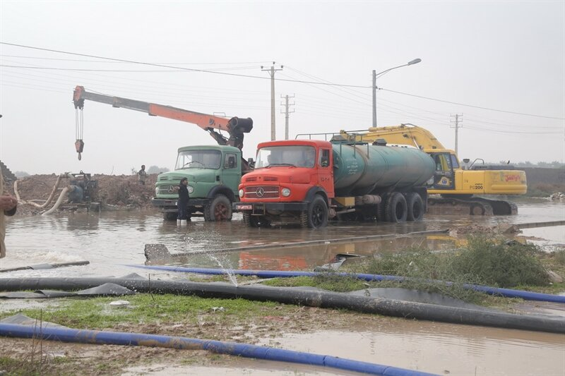 تلاش ۲۰ گروه عملیاتی برای تخلیه روان آب معابر خرمشهر