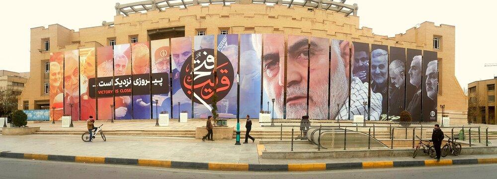 دیواره پازلی میدان امام حسین(ع) رنگ سردار دلها به خود گرفت