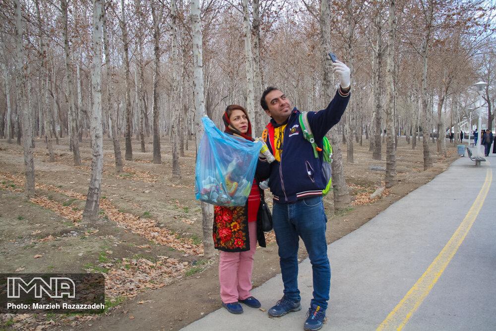 پاکسازی پارک ناژوان به مناسبت روز ملی هوای پاک