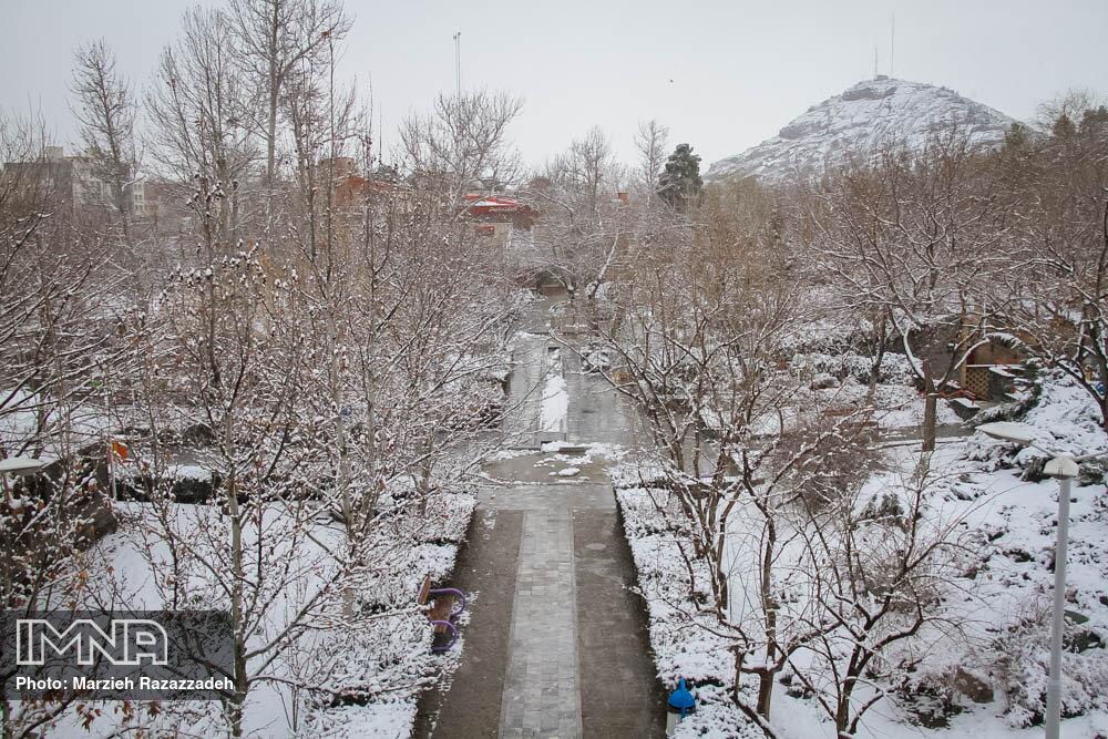 بارش برف زندگی مردم نورآباد را مختل کرده است