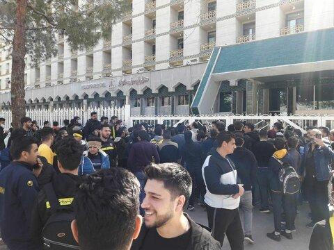 هواداران سپاهان اجازه حرکت اتوبوس تیمشان را نمی دهند