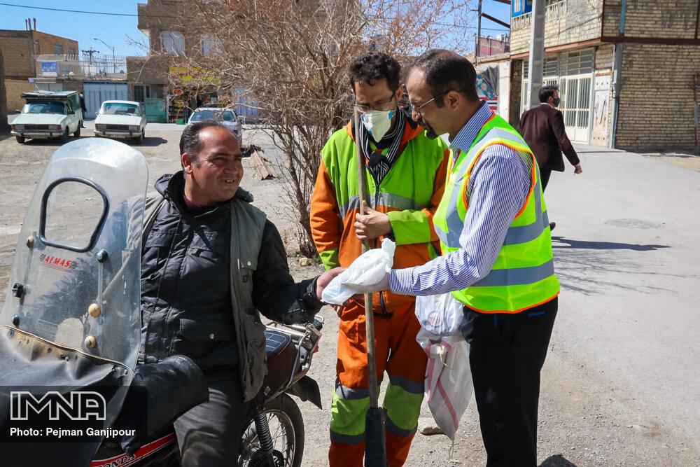 توزیع ۴۰۰ بسته بهداشتی بین کارکنان شهرداری شهرضا