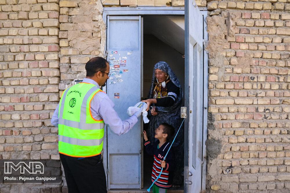 توزیع بسته های بهداشتی در مناطق کمبرخوردار شهر