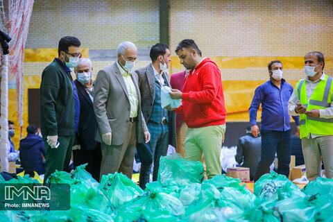 بازدید شهردار از مراحل بسته بندی کمک های حمایتی