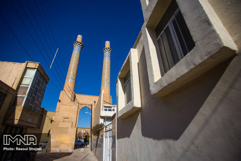 جفت مناره دارالضیافه که به ارتفاع ۳۸ متر در خیابان کمال  قرار دارد، با تزئینات مقرنس و کاشی کاری به صورت جفت ساخته شده است.