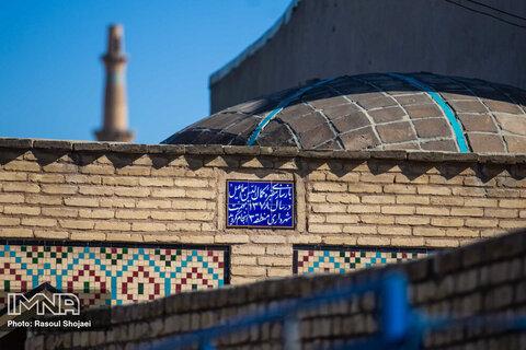 از مسجد جامع که وارد محله جوباره شوید و چند صد متری پیش بروید، به آرامگاه کمال اسماعیل میرسید