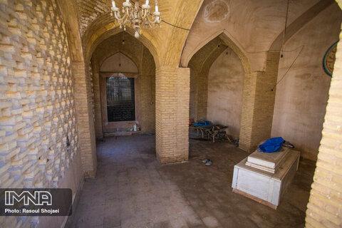 کمال اسماعیل فرزند عبدالرزاق و آخرین قصیده سرای بزرگ ایرانی در زمان مغول است که مقبره او در محله جوباره خودنمایی میکند.