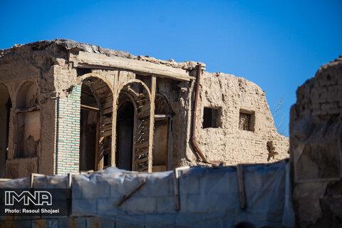 در دوران صفویان و قاجاریه با بی اعتنایی های صورت گرفته، بسیاری از این محل تخریب شد.