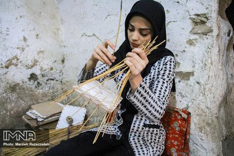 زنان جوان این روستا هم به این هنر پدران شان عشق می ورزند