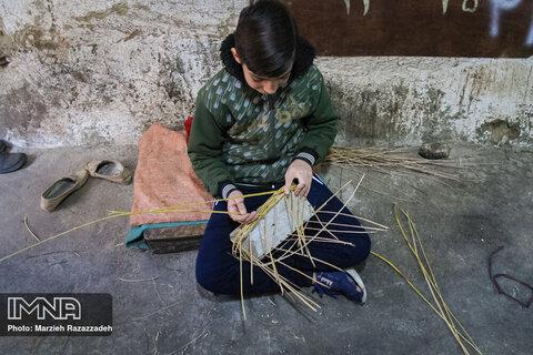 کودکان هم در کنار بزرگ ترها هنر سبدبافی را می آموزند