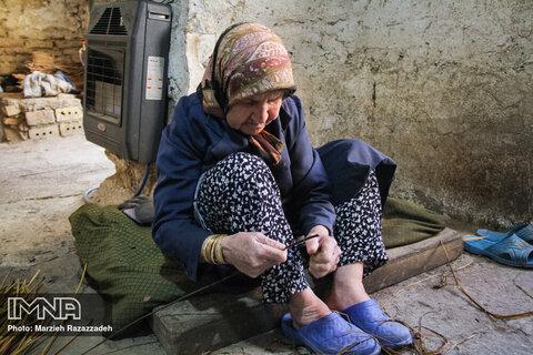 تنها دریکی ازاین کارگاه ها است که زنان روستا در آن بصورت حرفه ای و مستمر به کار سبدبافی مشغول به کار هستند