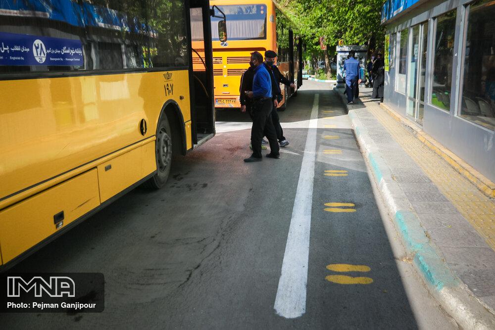 اجرای طرح فاصلهگذاری اجتماعی در ایستگاههای اتوبوس منطقه ۱۰