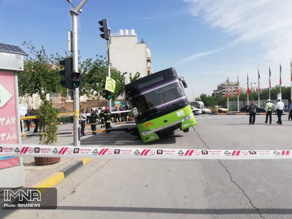 سقوط اتوبوس شرکت واحد در حفره ۳ متری خیابان میرزاطاهر+ عکس