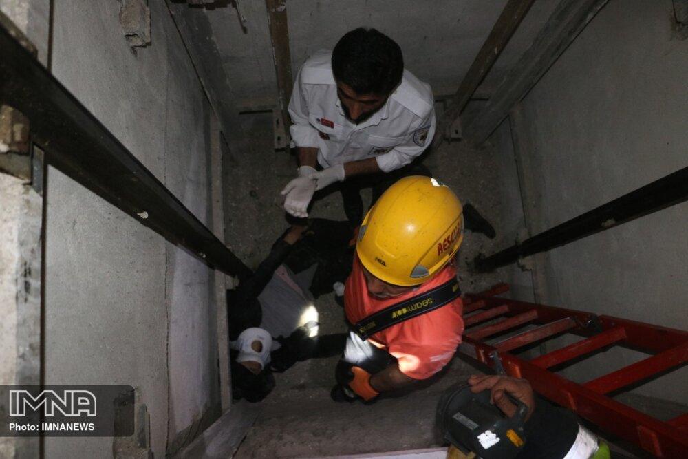 سقوط مرد ۵۰ ساله در چاهک آسانسور+عکس