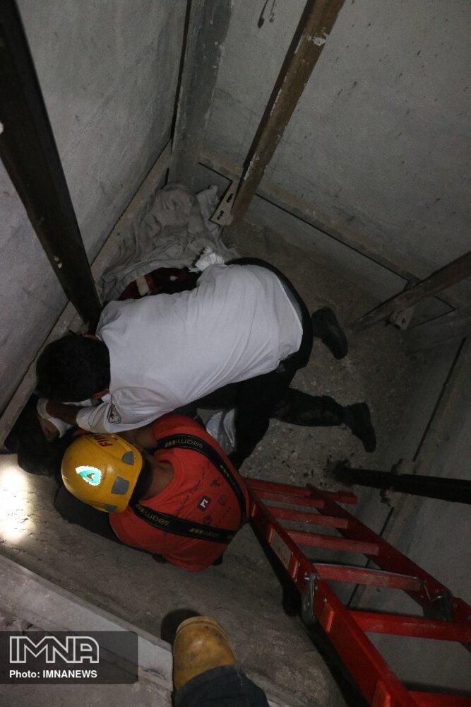 سقوط بالابر جان کارگر ساختمانی خمینیشهری را گرفت